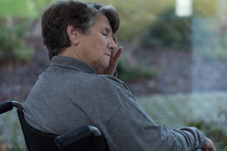 persona en silla de ruedas: Dama preocupada Ancianos en asilo de ancianos