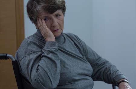 silla de rueda: Ancianos mujer triste en silla de ruedas en el hogar Foto de archivo