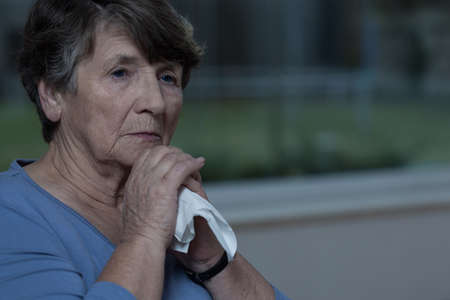 enfermedades mentales: Primer plano de mujer de edad avanzada con el tejido triturado