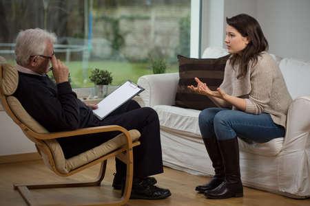 療法に彼女の問題について話している女の子