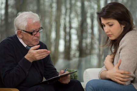 Portrait of senior psychotherapist and young patient Stockfoto