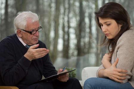 Portret van senior psychotherapeut en jonge patiënt Stockfoto