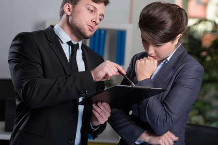 Strenge Chef im Gespräch mit seiner jungen Sekretärin