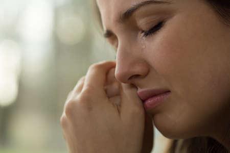 泣いている問題を持つ若い女性のクローズ アップ 写真素材