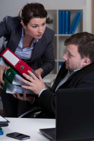 acoso laboral: Imagen de los empleados con exceso de trabajo y jefe cruel