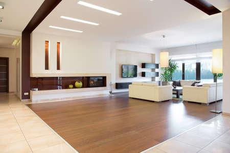 Interieur van de moderne wijk in ruim huis