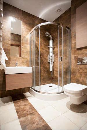 cuarto de ba�o: Vista vertical de cuarto de ba�o con ducha