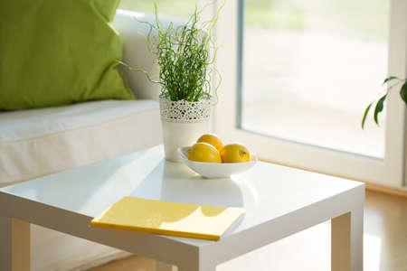 colores calidos: Primer plano de la mesa de centro blanca en el sal�n