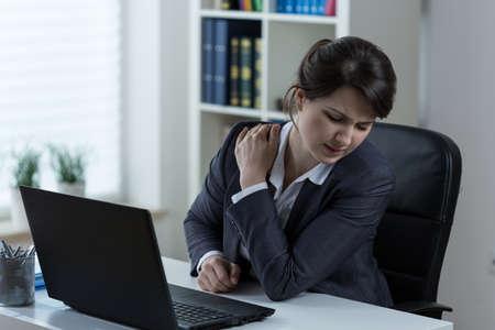 epaule douleur: Jeune femme d'affaires surmené avec douleur dans l'épaule Banque d'images
