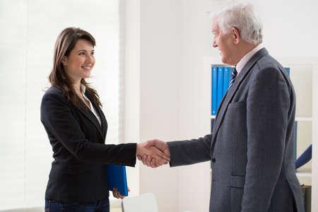 entrevista: Feliz mujer joven y su empleador despu�s de la entrevista