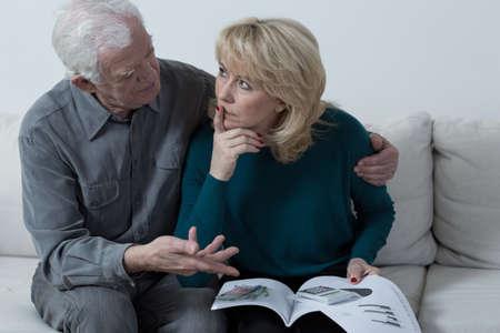 그의 걱정 아내를 응원하는 노인 사려 깊은 남편