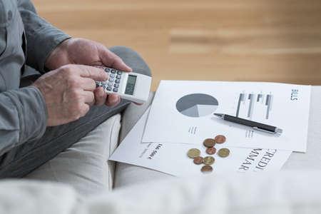 poor man: Primer plano de pobre hombre envejecido salvar su dinero Foto de archivo