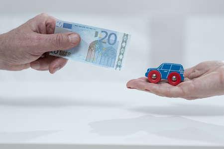 honorarios: Primer plano de la mano del hombre la celebraci�n de la cuota de coche