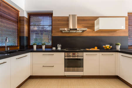 familia cenando: Vista horizontal de los muebles modernos en cocina de lujo