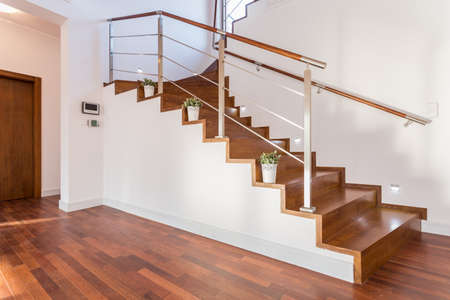 Bloempotten gelegen op een houten trap in luxe huis