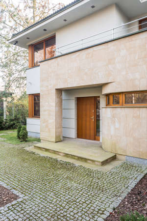 Vertical view of beauty detached house exterior Banque d'images