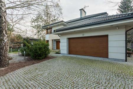 Close-up van de moderne vrijstaande woning met garage
