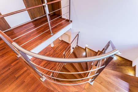 espiral: Primer plano de una escalera de madera en espiral en el apartamento de lujo