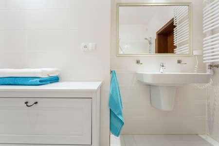 Primer plano de la plataforma en el lujo de baño interior Foto de archivo - 35980381