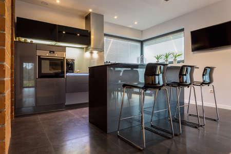 Nieuwe luxe keuken verbonden met eetkamer