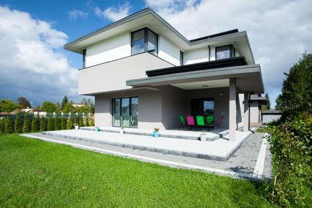 Big up-to-date huis met open portiek Stockfoto