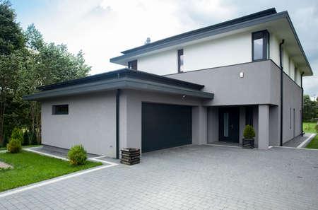 case moderne: Parcheggio vialetto contemporanea della grande casa moderna