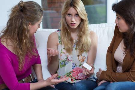 persona confundida: Joven embarazada confundido y sus dos amigos �tiles