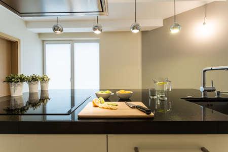 Innenansicht der modernen Küche und glänzend