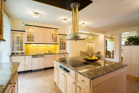 Vista horizontal de la cocina con encimera de mármol Foto de archivo