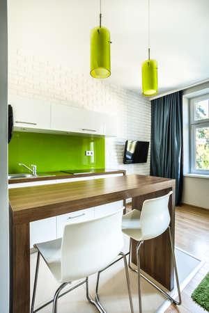 Cucina verde e sala da pranzo in camera d'albergo