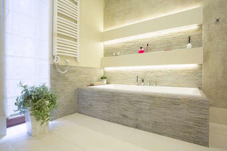 piastrelle bagno: Immagine di vasca in pietra di lusso in nuovo bagno
