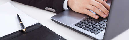 Uitzicht op het gebruik van de computer in het kantoor