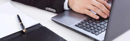 usando computadora: Vista de la utilización de la computadora en la oficina Foto de archivo
