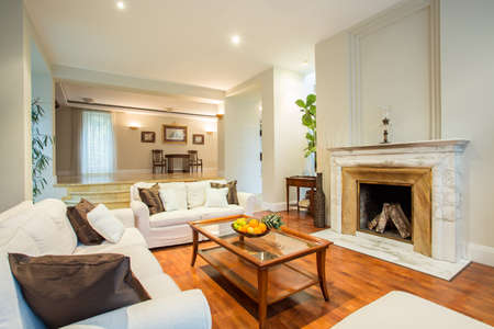 Weergave van de woonkamer met klassieke open haard Stockfoto