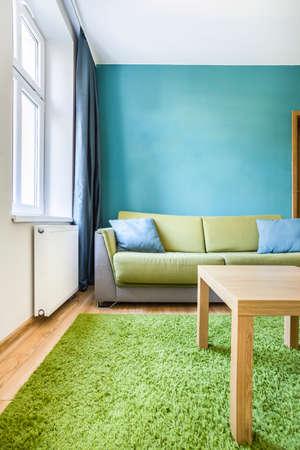 decoracion mesas: Acogedora habitaci�n peque�a con detalles verdes y cian