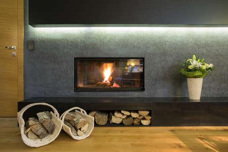 木の株を壁につけられた暖炉 写真素材 - 36388585