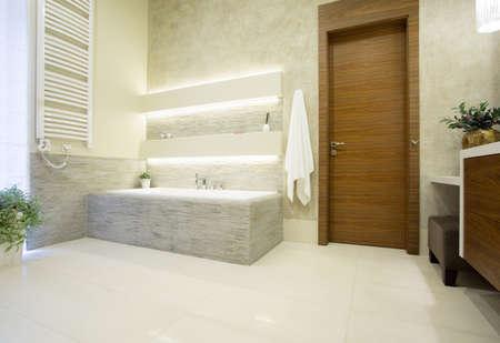 豪華なバスルームに木製の玄関ドアの写真