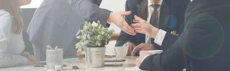 Panorama di stretta di mano su una riunione di lavoro