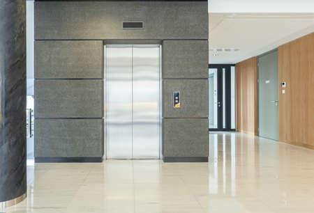비즈니스 빌딩의 빈 홀보기 스톡 콘텐츠