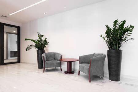 Hal van corporate gebouw met comfortabele fauteuils