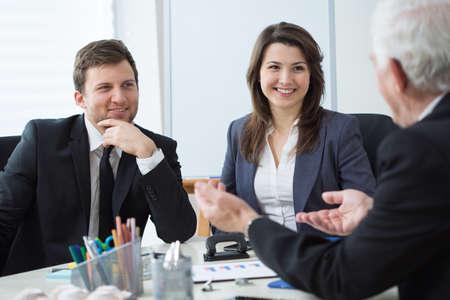 ビジネス会話の間に 3 つの起業家 写真素材