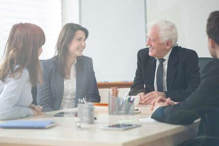 Vier elegante ondernemers op de onderneming vergadering