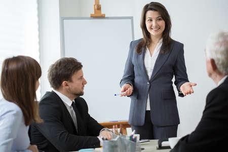 elegant woman: Mujer bonita joven sermonear la presentaci�n durante la conferencia