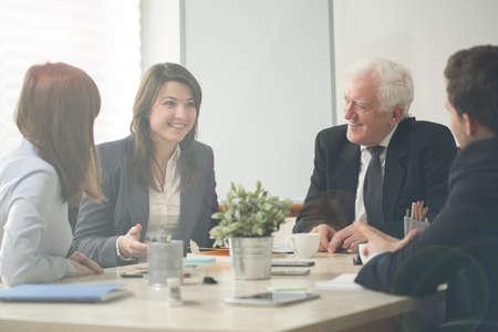 会議室での素敵なビジネス群集
