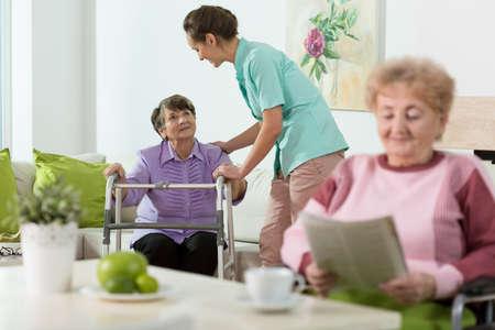 abuela: Mujeres mayores de movilidad que se alojen en la atenci�n domiciliaria Foto de archivo