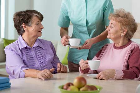 特別養護老人ホームの年長の居住者の肖像画