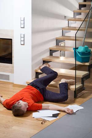 down the stairs: Herido tendido en el suelo despu�s de caer abajo Foto de archivo