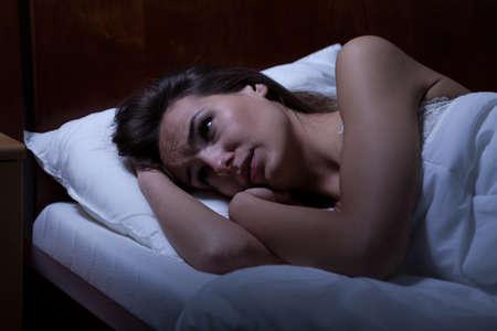 mujer en la cama: Vista de la mujer no puede dormir durante la noche