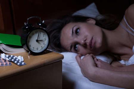 deprese: Žena a její léky na depresi v noci Reklamní fotografie