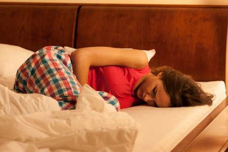 Vrouw die lijden aan depressie in bed slapen Stockfoto